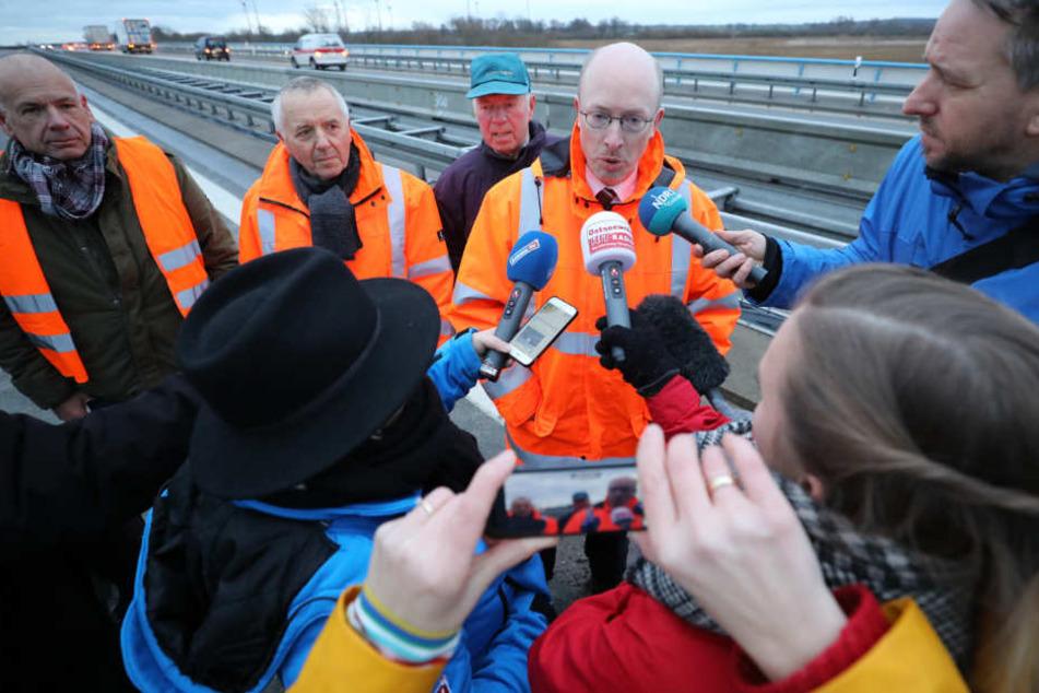 Nach der Freigabe der 773 Meter langen Behelfsbrücke für die teilweise im Moor versunkene Ostseeautobahn A20 spricht Christian Pegel (M), Landesverkehrsminister, zu den Journalisten.