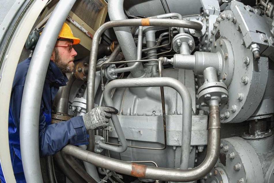 Steffen Kretschmer, Meister der Elektrotechnik, kontrolliert das Innere der Gasturbine A im Kraftwerk Thyrow (Brandenburg).