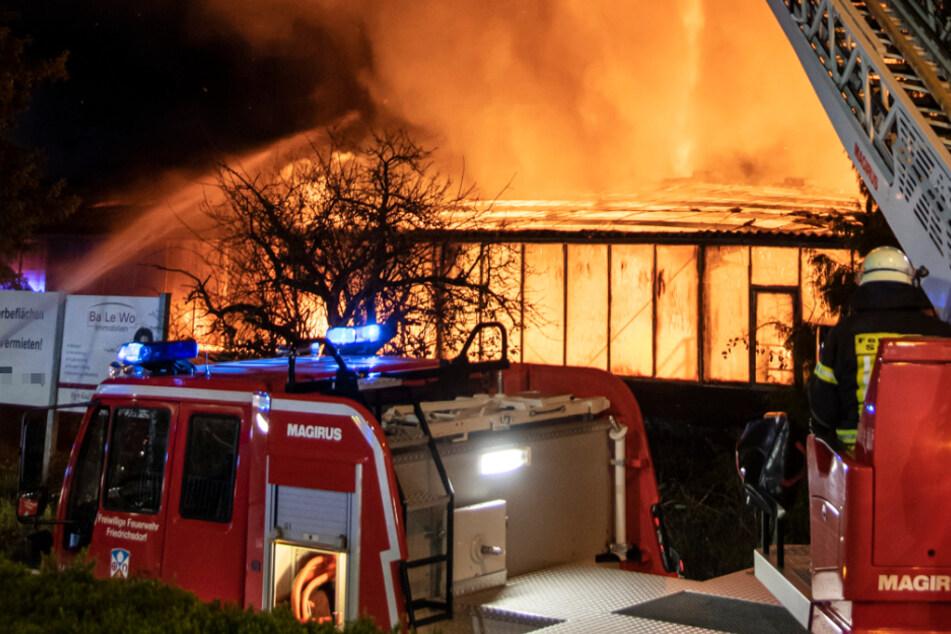 Großbrand! Hier steht eine Kunststofffabrik in Flammen