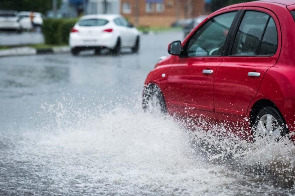 Auch wenn das Auto Schutz vor Blitzen bietet, lauern andere Gefahren, die es nicht zu unterschätzen gilt.