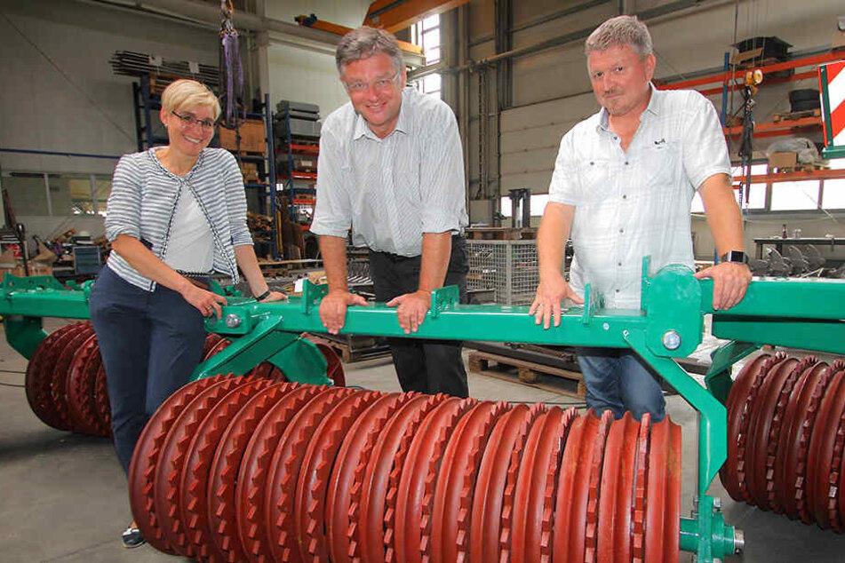 Zastrow im Maschinenbaubetrieb Lomma in Lommatzsch. Links Bürgermeisterin Anika Maaß (43), rechts Betriebsleiter Mathias Hiekel (53).