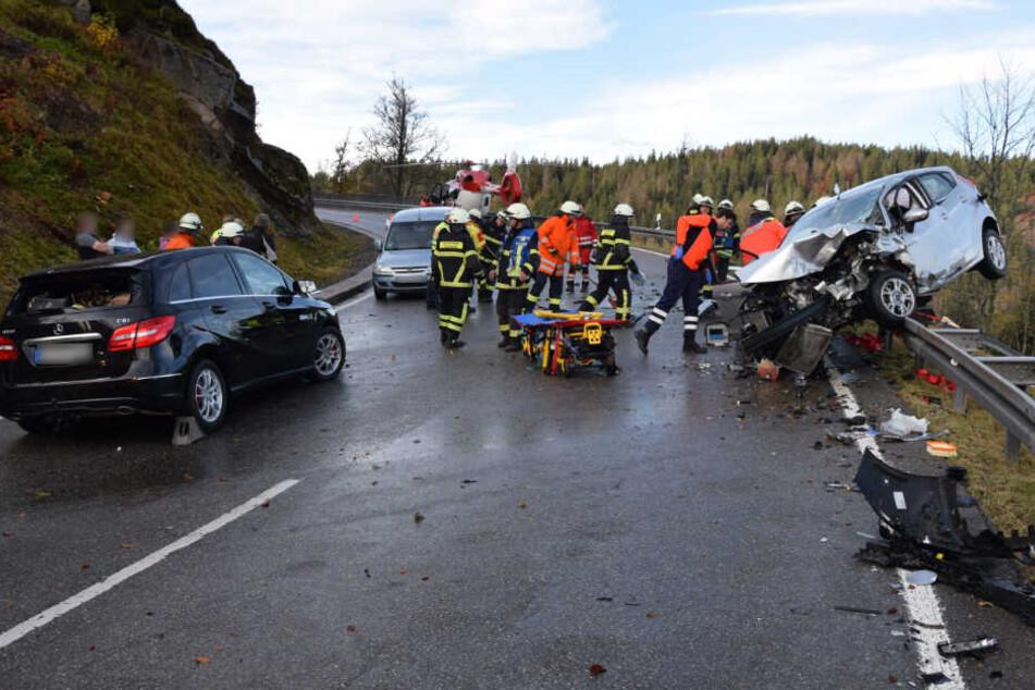 Der Fahrer des Mercedes (links) wurde leicht, die Fahrerin des Ford (rechts) schwer verletzt.