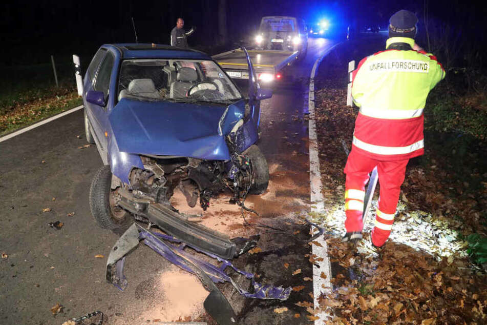 Der VW Polo blieb nach dem Unfall quer auf der Straße liegen.