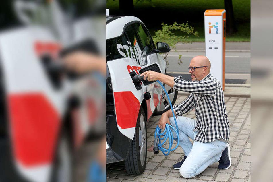 Die Eins hat in der Schönherrfabrik eine neue Ladestation errichtet. An der tankt Torsten Schmidt (49) seinen BMW.