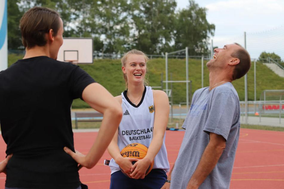 Joe Enochs und Tochter Emily hatten viel Spaß mit MOPO-Reporter Michael Thiele (l.).
