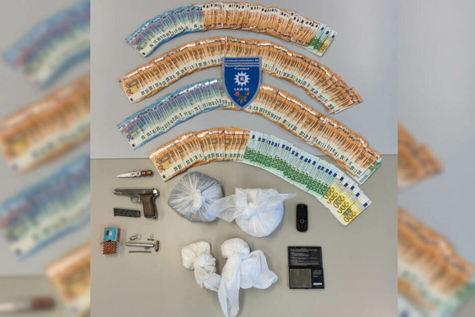 Die Polizei stellte Drogen, Geld und Waffen sicher.