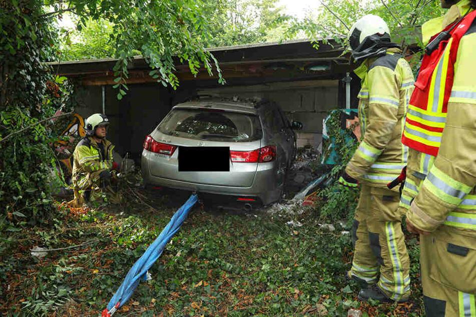 Der Honda krachte in eine Garage.
