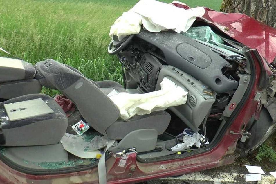 Der Aufprall war heftig. Das Fahrzeug ist komplett zerstört.
