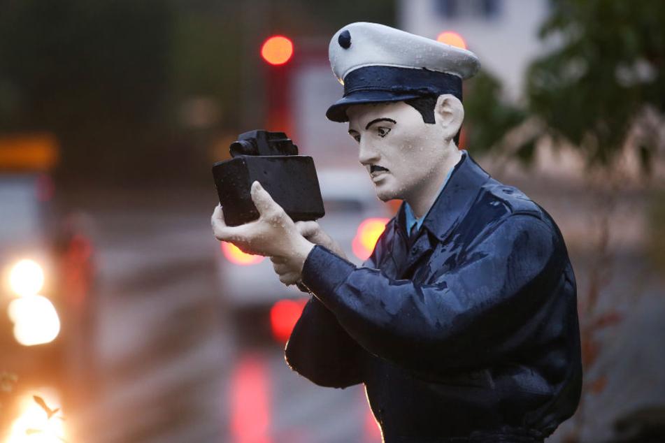 Die Polizei-Attrappe soll Autofahrer an das Tempolimit erinnern