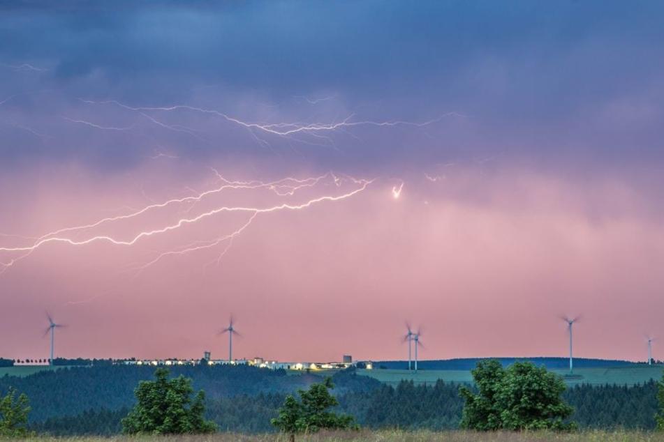 Im Erzgebirge, wie hier in Annaberg-Buchholz, zuckten im Juni schon reichlich Blitze am Himmel.