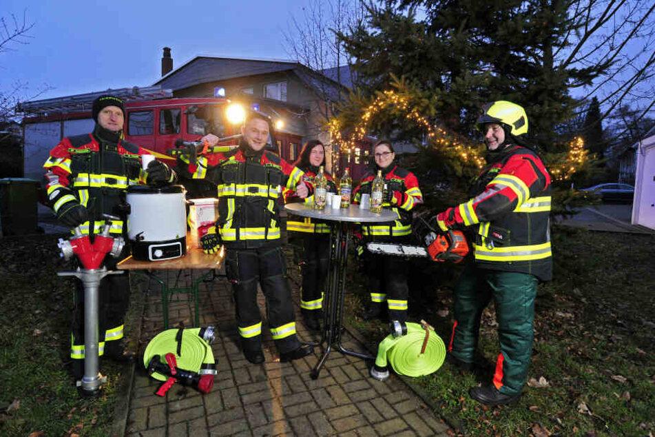 (v.l.) Karsten Franke (51), Stefan Dittrich (29), Caroline Richter (36), Miriam Ranft (22) und Tino Watenberg (42) von der Freiwilligen Feuerwehr Auerswalde freuen sich aufs Sägen und Häckseln bei Glühwein und Musik.