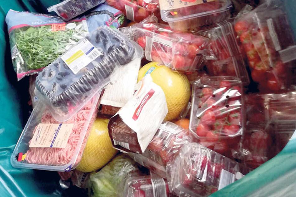 Schlimm: Nicht nur gut erhaltene Tomaten landeten in der Abfalltonne des Supermarktes.
