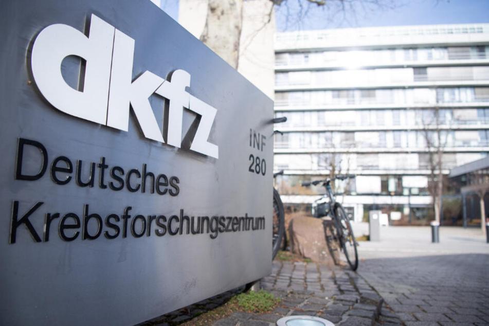 Schild vor dem Eingang, das auf das Deutsche Krebsforschungszentrum hinweist.