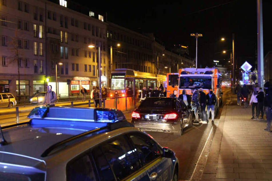 Der schwarze Mercedes nahm den Passanten mehrere Meter auf der Motorhaube mit, bevor er seine Fahrt stoppte.