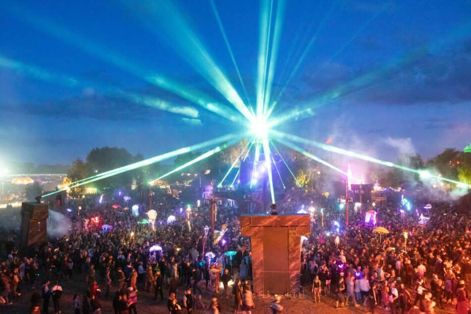 Festivalbesucher tanzen an der Turmbühne auf dem Gelände des Fusion-Festival 2019.