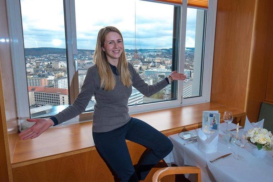 Einzigartiger Rundumblick: Das Panorama-Restaurant im Dorint-Hotel in 97 Meter Höhe öffnet wieder. Darauf freut sich auch Sales Manager Michaela Neukirchner (30).