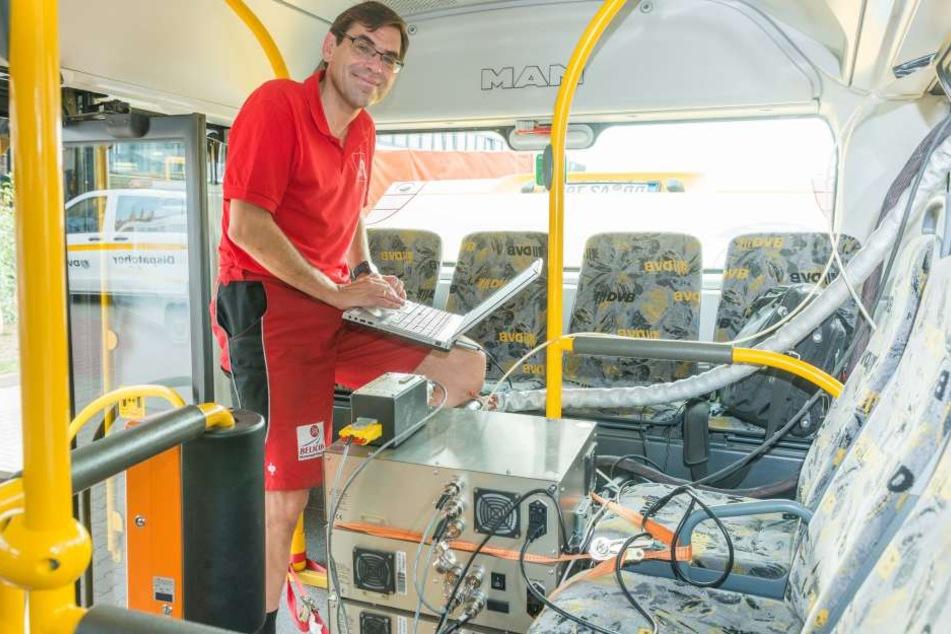 Professor Ralph Pütz (55) von der Hochschule Landshut prüft die DVB-Busse und  ihre Abgasmengen.
