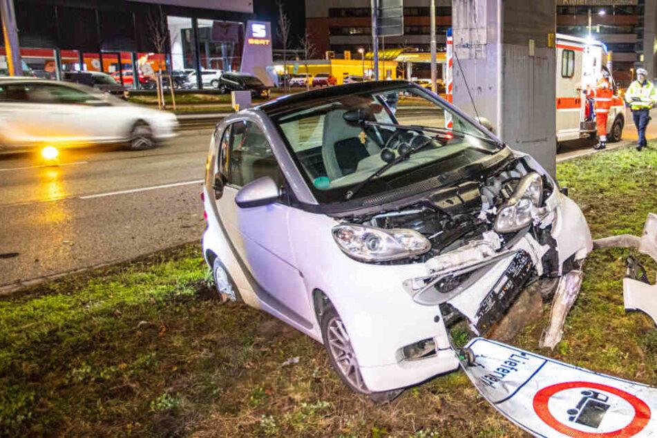 Vorm Penthouse-Club: Smart-Fahrer schrottet seinen Wagen