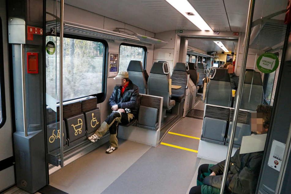 In einer Regionalbahn wurde eine Schaffnerin von Fußball-Fans bedrängt. (Symbolbild)