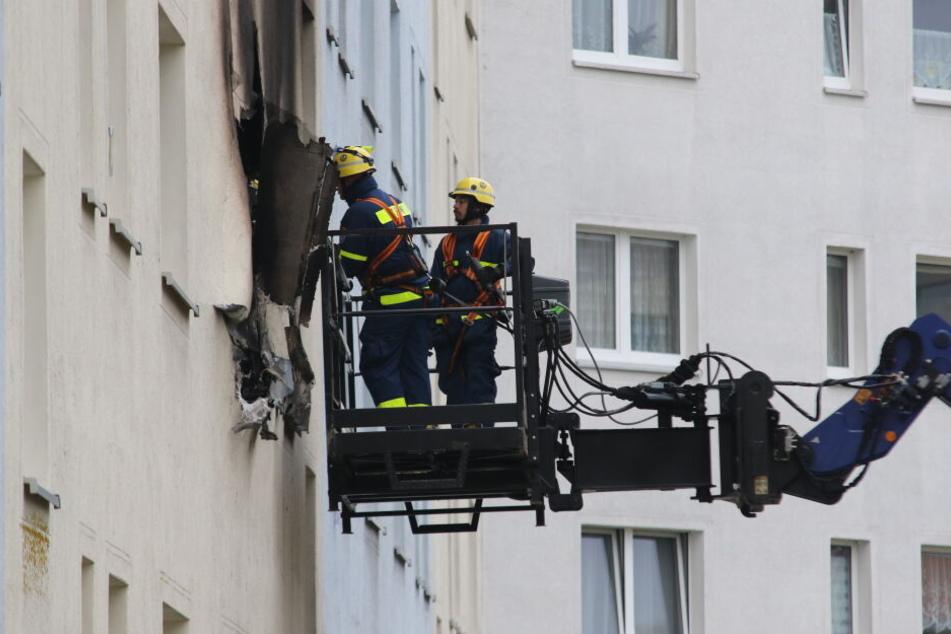 Experten des THW untersuchen die Wohnung von außen.