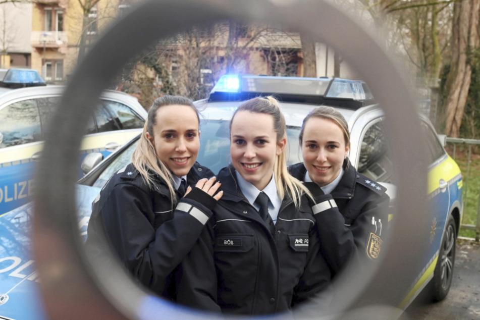 Blick durch eine Handschelle auf die Drillinge. Gemeinsames Ziel des Trios: eine Anstellung beim Polizeipräsidium Karlsruhe.
