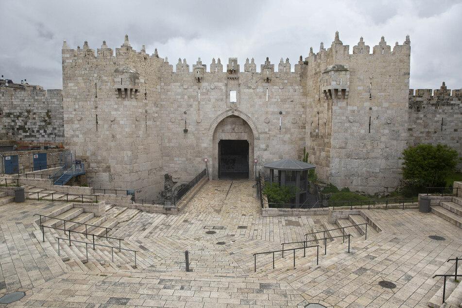 Der Platz vor dem Damaskustor in der Jerusalemer Altstadt ist menschenleer.