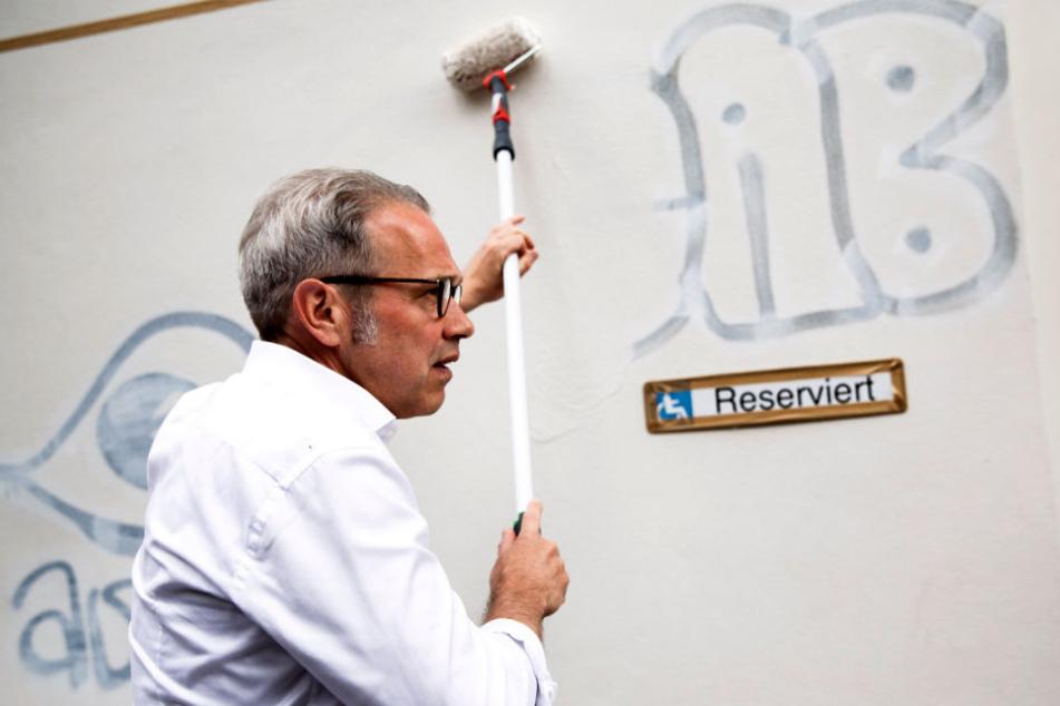 In der Hochheimer Straße entfernte Maier eines von gefühlten tausenden Graffitis in der Stadt.