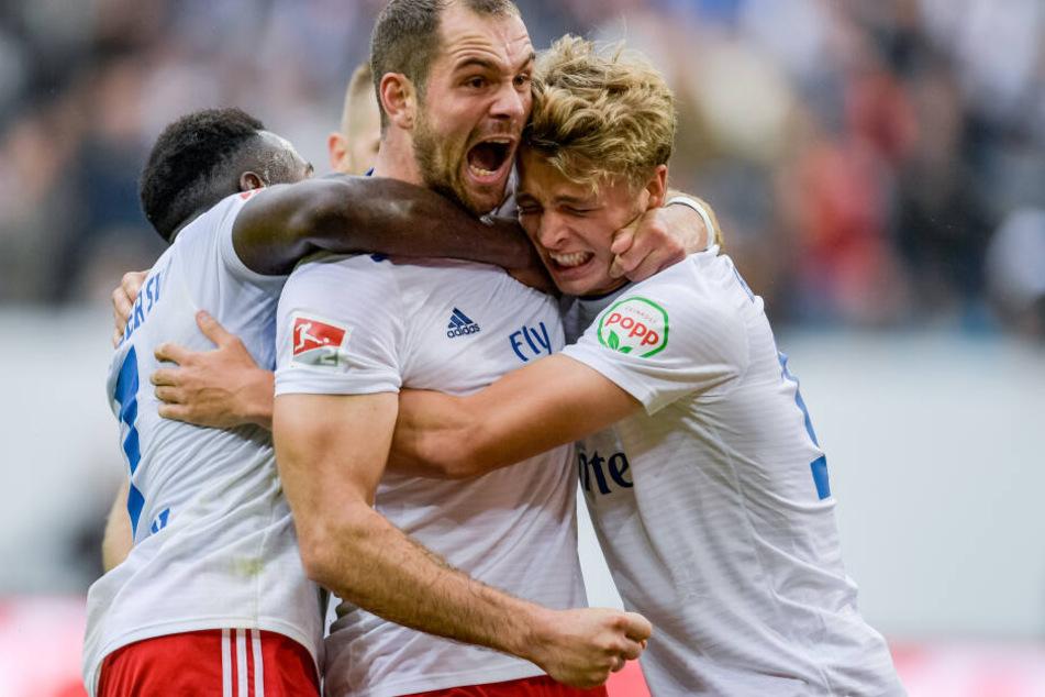Im Volksparkstadion feiern Hamburgs Hamburgs Pierre-Michel Lasogga (mitte) und den von Wechselgerüchten behafteten Jann-Fiete Arp (rechts) einen Treffer.