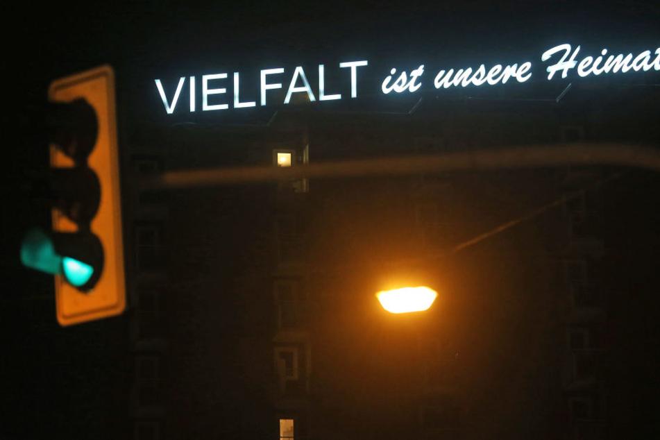 Der Schriftzug auf dem Haus in Oberhausen ist nachts beleuchtet.