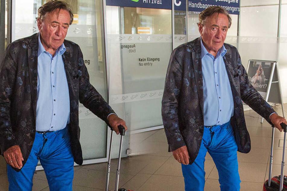 Richard Lugner (83) wirkte Dienstagabend auf dem Weg zum Promi-Container in Köln sichtlich gezeichnet von den Wirren der TV-Abende zuvor.