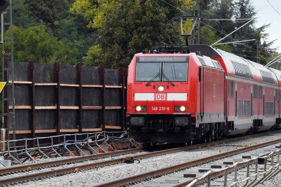 Nur einen Tag nach der Wiedereröffnung der Rheintalbahn ist die Strecke am Dienstagmorgen erneut gesperrt worden.