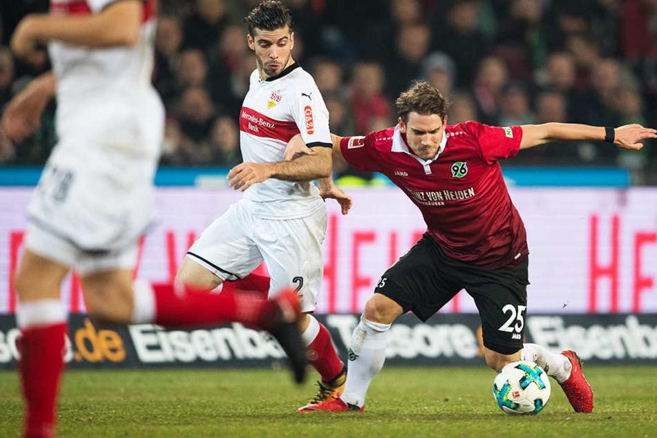 Ist bei Hannover 96 ein zuverlässiger und gefragter Abwehrspieler: Oliver Sorg (r.).