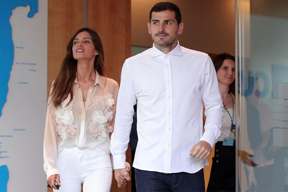 Iker Casillas (37), Torhüter vom FC Porto, verlässt mit seiner Frau Sara Carbonero (35), Journalistin aus Spanien, das Krankenhaus.