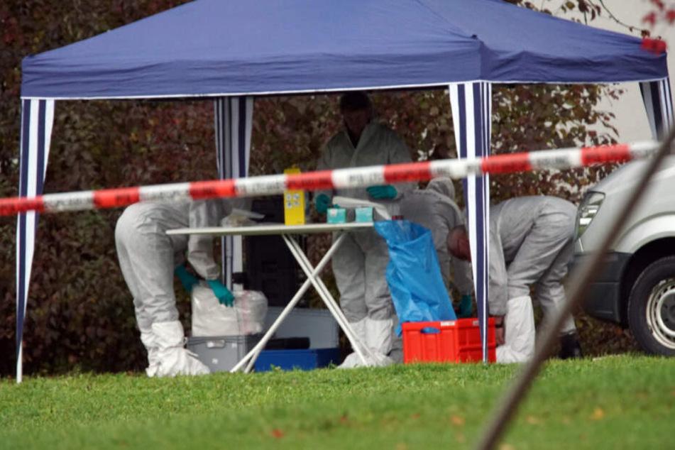 Kriminaltechniker untersuchen Gegenstände am Fundort der unbekannten männlichen Leiche.