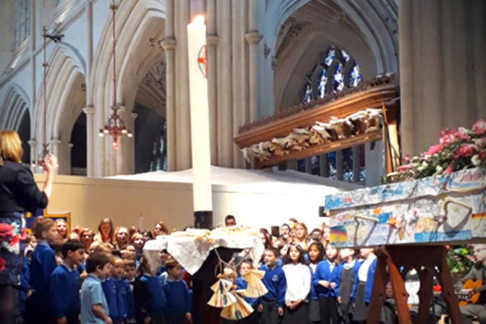 Die Beerdigungsfeier für Sue East in der Kirche in Bath. Rechts im Bild ist der Sarg mit den vielen Bildern zu sehen.