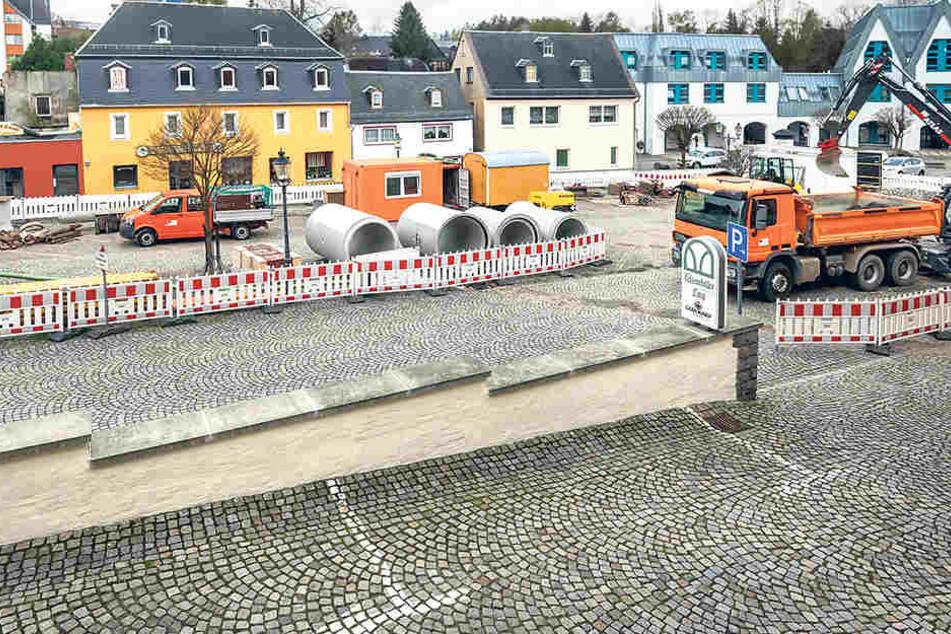 Weil ein alter Kanal wegsackte, wird derzeit auf dem Markt fleißig gebaggert.