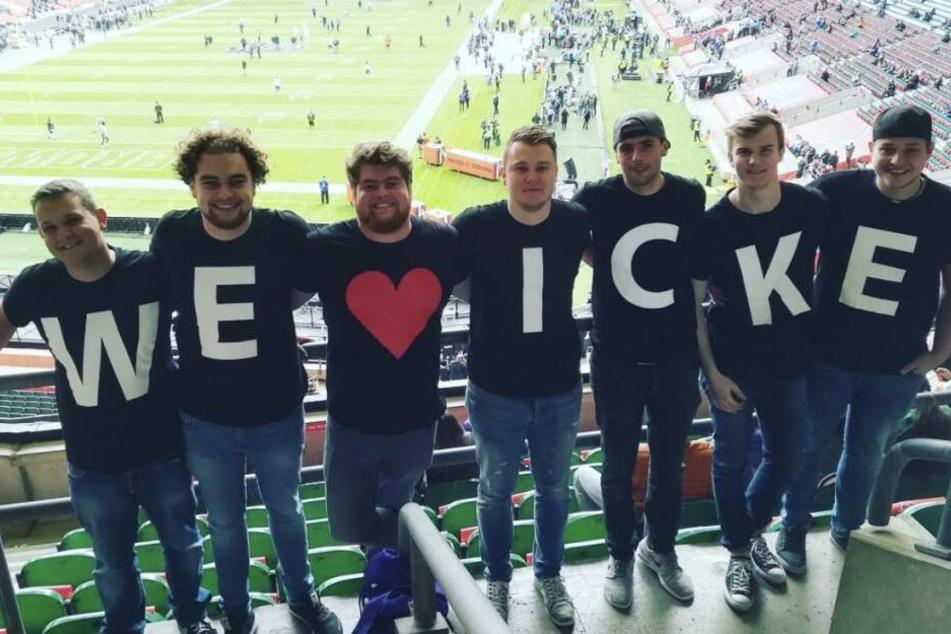 """Die Zuschauer lieben den sympathischen """"Netman"""". Football-Fans posieren in """"Icke""""-Fanshirts während eines NFL-Spiels."""