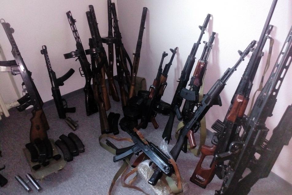 Polizei entdeckt Cannabis-Plantagen und riesiges Waffenlager