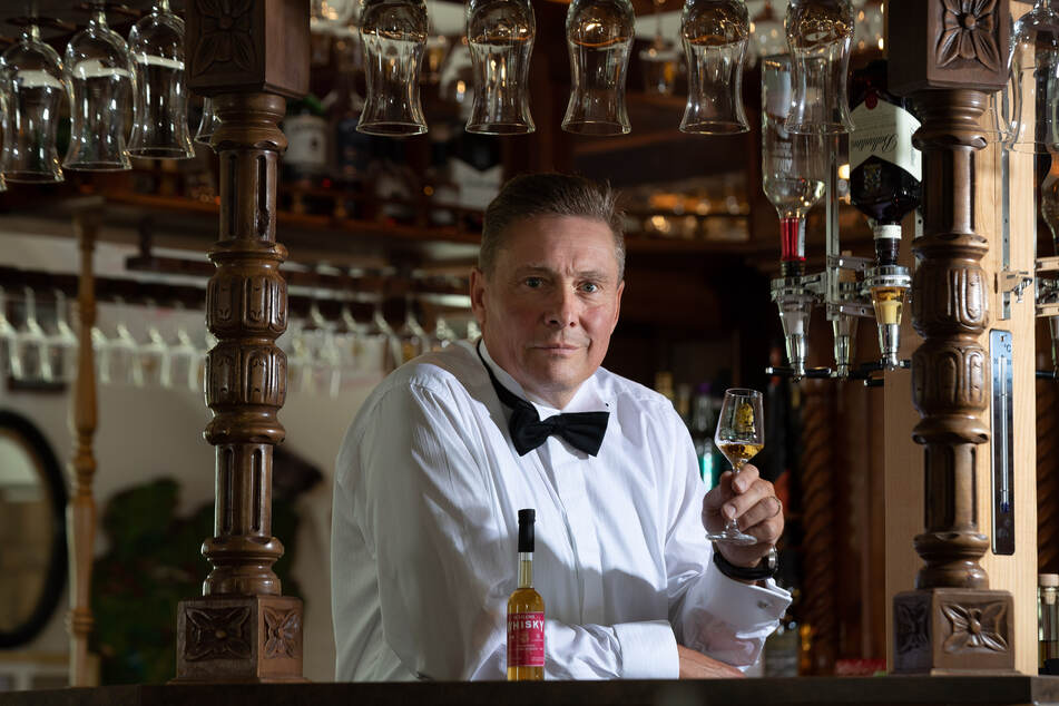 """Für die Einlagerung ließ Wolfgang Lückert (62), Betreiber des Plauener Whiskyhandels """"Spirit of Oak"""", ein spezielles Bourbon-Fass anfertigen."""