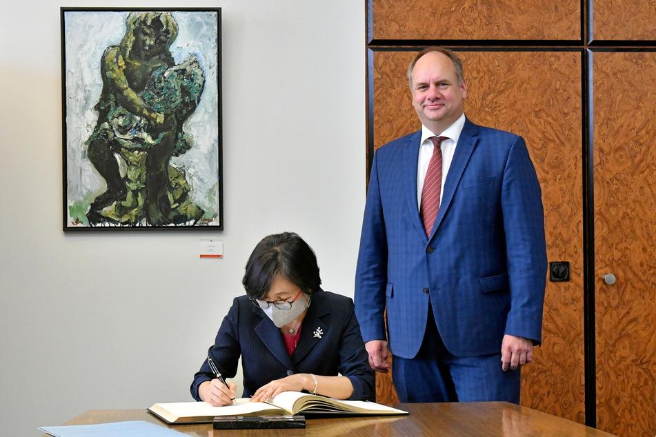 Die Botschafterin von Südkorea, Hyun Ock Cho (65), trug sich in Anwesenheit von OB Dirk Hilbert (49, FDP) ins Goldene Buch ein.