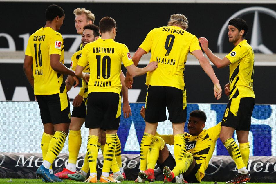 BVB-Stars jubeln mit dem am Boden liegenden Ansgar Knauff, der das entscheidende 3:2 erzielte.