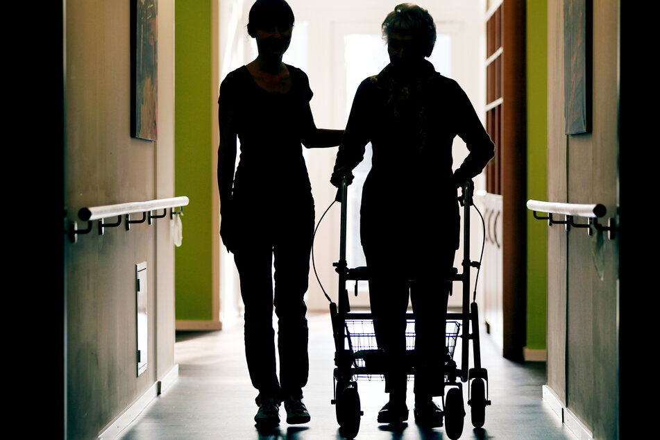 Rund um die Uhr musste eine Pflegerin (52) für eine Seniorin zur Verfügung stehen, bekam dafür nur wenig Lohn. (Symbolbild)