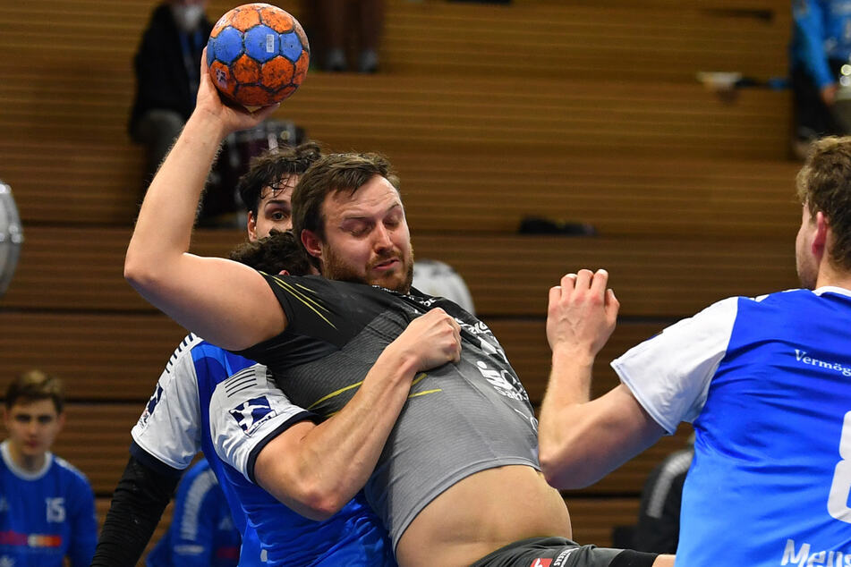 Jonas Thümmler (M.) haut sich immer voll rein, so wie hier im Spiel gegen Bayer Dormagen.