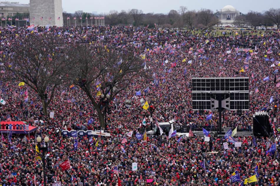 Menschen nehmen an einer Kundgebung zur Unterstützung des US-Präsidenten Trump teil. Vor der Bestätigung der Ergebnisse der US-Präsidentenwahl hat Trump erneut seine haltlosen Behauptungen über Betrug bei der Abstimmung bekräftigt.