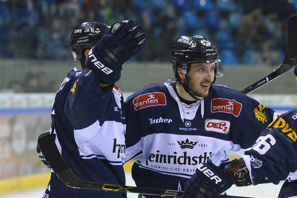 Alexander Höller, Teemu Rinkinen und Rene Kramer bejubeln einen Treffer und sehnen den Start der Play-offs entgegen.