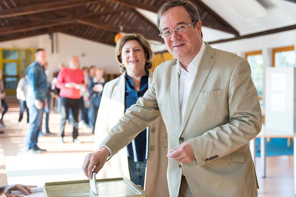 Hier gibt NRW-Ministerpräsident Armin Laschet mit seiner Ehefrau Susanne Laschet seine Stimme ab.
