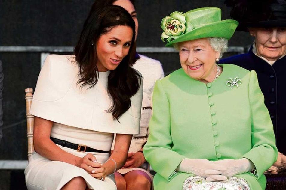 Was die beiden wohl zu flüstern hatten? Keine vier Wochen nach der Hochzeit mit Harry (33) durfte Meghan (36) alleine mit der Queen (92) auf Termin. Eine große Ehre für sie.