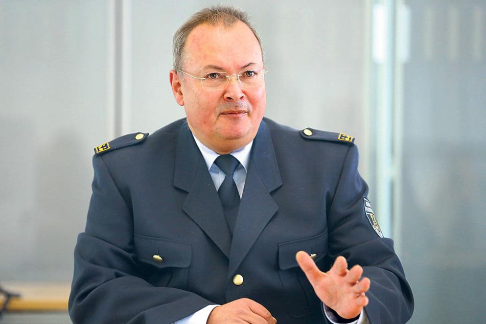 Feuerwehr-Chef Andreas Rümpel (58) rechnet mit mehr Wohnungsöffnungen in den  nächsten Jahren.