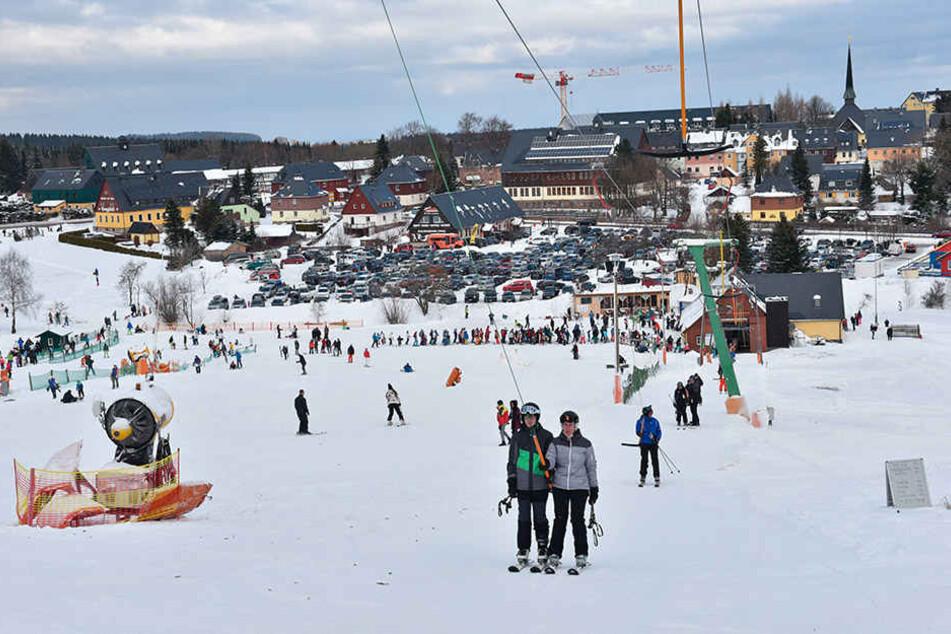 Auf und nieder, immer wieder: In Altenberg ließen sich die Skiläufer gestern unermüdlich den Hang hinaufziehen.