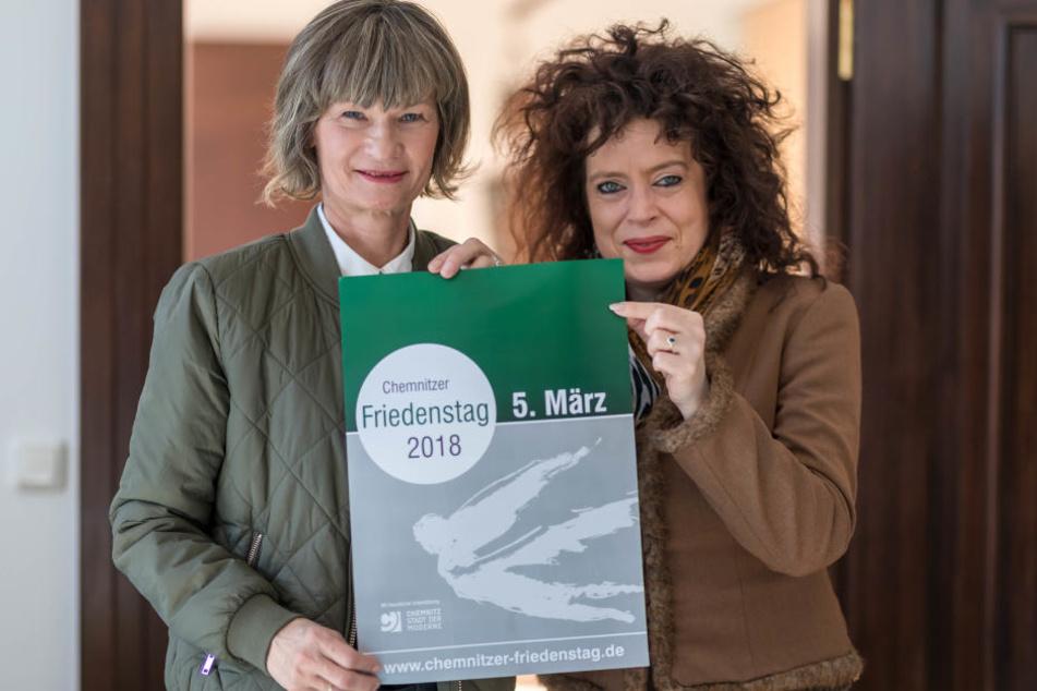 OB Barbara Ludwig (56, SPD) und Organisatorin Sabine Kühnrich (47, r.) präsentieren das Plakat zum Friedenstag.